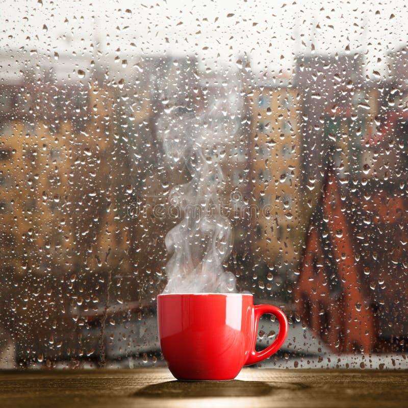 Parująca filiżanka na deszczowym dniu zdjęcia royalty free