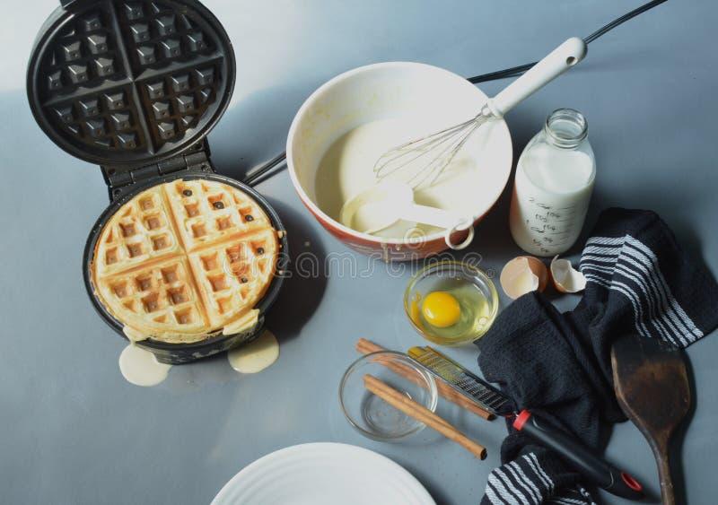 Parujący gofra żelazo robi gofrowi, puchar ciasto naleśnikowe zdjęcie royalty free