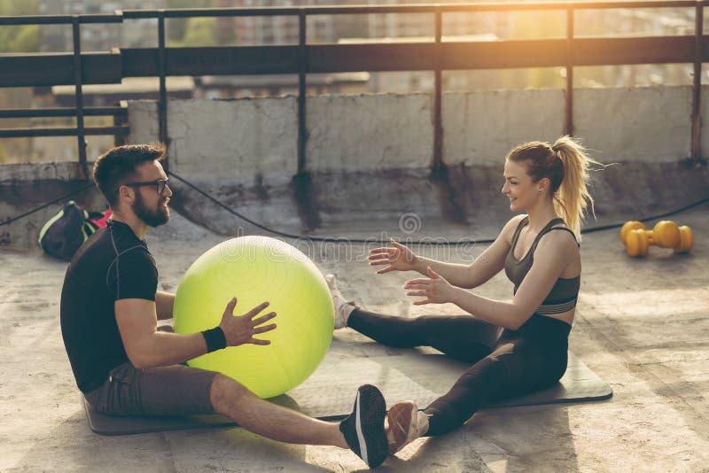Parutbildning med en pilatesboll royaltyfria bilder