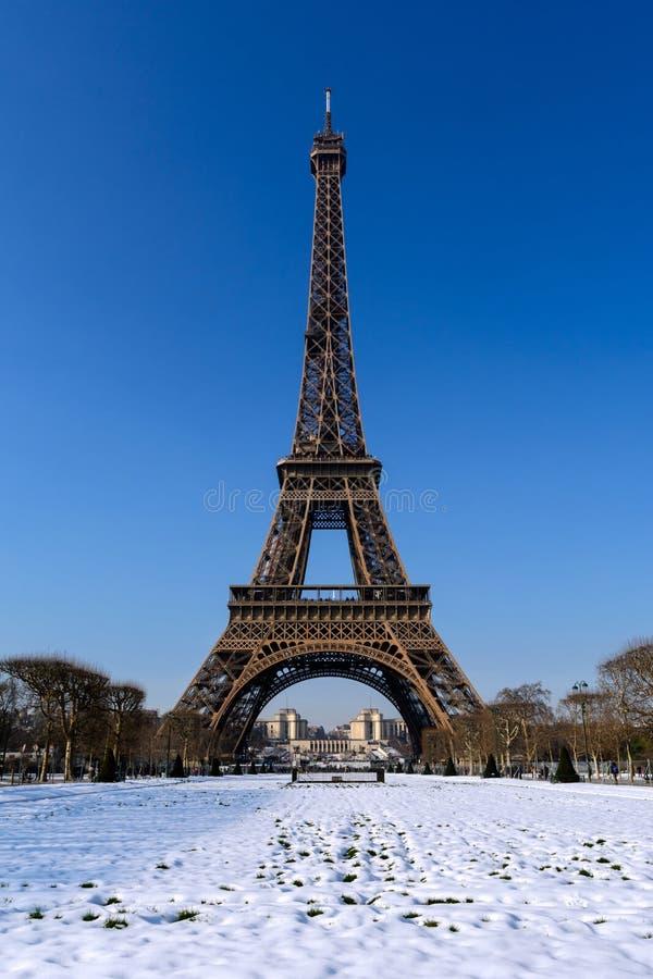 Paryż - Śnieżna wieża eifla
