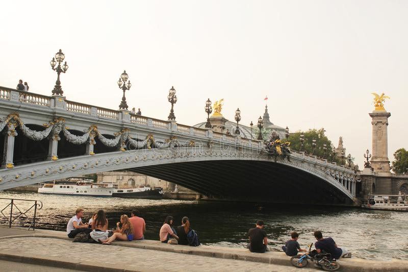 Paryż Francja, Sierpień, - 27,2017: Ładny krajobraz z specjalnym mostem obrazy royalty free