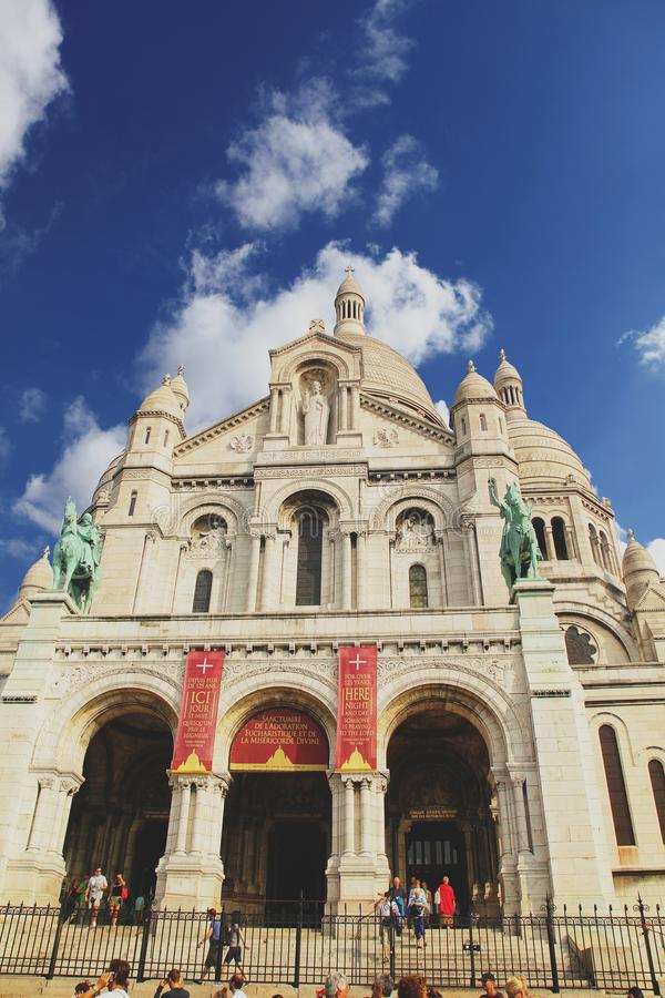 Paryż Francja, Sierpień, - 27,2017: Ładny Montmatre ç chmura i niebieskie niebo zdjęcia royalty free