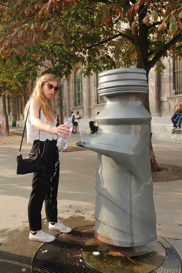 Paryż Francja, Sierpień, - 27,2017: Gość łapie wodę jej butelka od społeczeństwa klepnięcia obraz stock