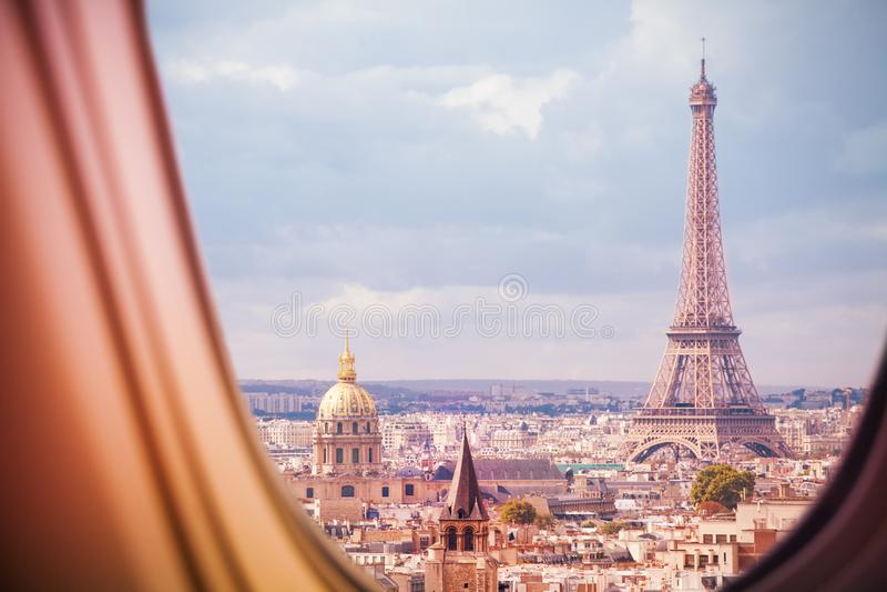 Paryż i wieży eiflej widok od płaskiego okno obrazy royalty free