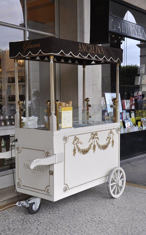 Paryż, august 18-Icecream kram przy Angelina ciasteczkiem w Paryż obraz royalty free