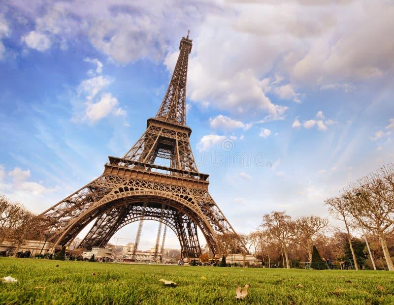 Paryż. Cudowny szeroki kąta widok wieża eifla od ulicznego lwa fotografia stock