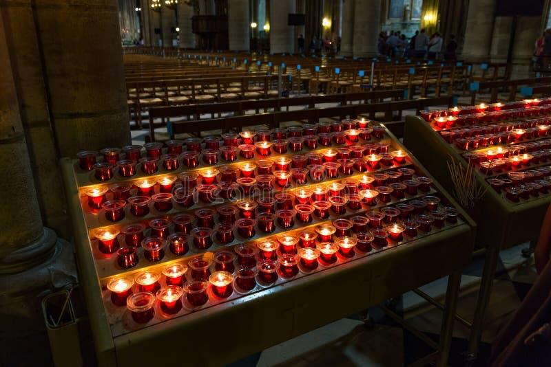 PARYŻ FRANCJA, CZERWIEC, - 23, 2017: Świeczki w notre-dame de paris kościół obraz stock