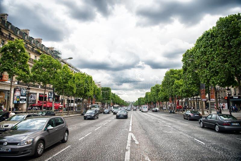 Paryż Francja, Czerwiec, - 02, 2017: Alei des czempiony Elysees z ruchliwie ruchem drogowym Elizejscy pola drogowi na chmurnym ni obrazy royalty free