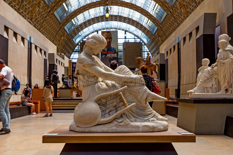 PARYŻ FRANCJA, CZERWIEC, - 06, 2014: Duma statuę wśrodku Muzealny d «Orsay w Paryż zdjęcie royalty free