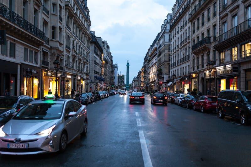 Paryż Francja, Czerwiec, - 01, 2018 Paryski uliczny widok z tradycyjnymi francuskimi budynek fasadami pod lato wieczór słońca pro fotografia stock
