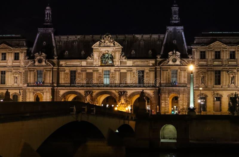 Paryż, Francja, Kwiecień/- 03 2019 Louvre Muzealny Paryż i most Pont Du Carrousel nad Rzecznym wontonem przy nocą fotografia stock