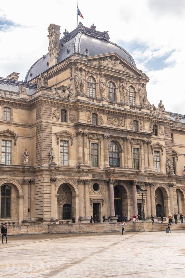 Pary? Francja, KWIECIE?, - 9, 2019: Stary budynek blisko louvre, Pary? zdjęcia stock