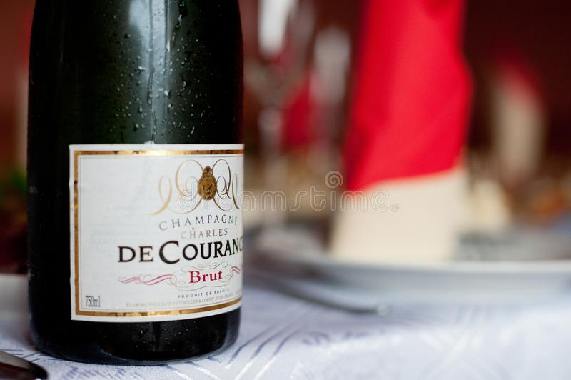PARYŻ FRANCJA, KWIECIEŃ, - 13, 2012: Zimno i Moczy butelkę Charles De Courance Brut szampan Od Francja na stole obrazy royalty free
