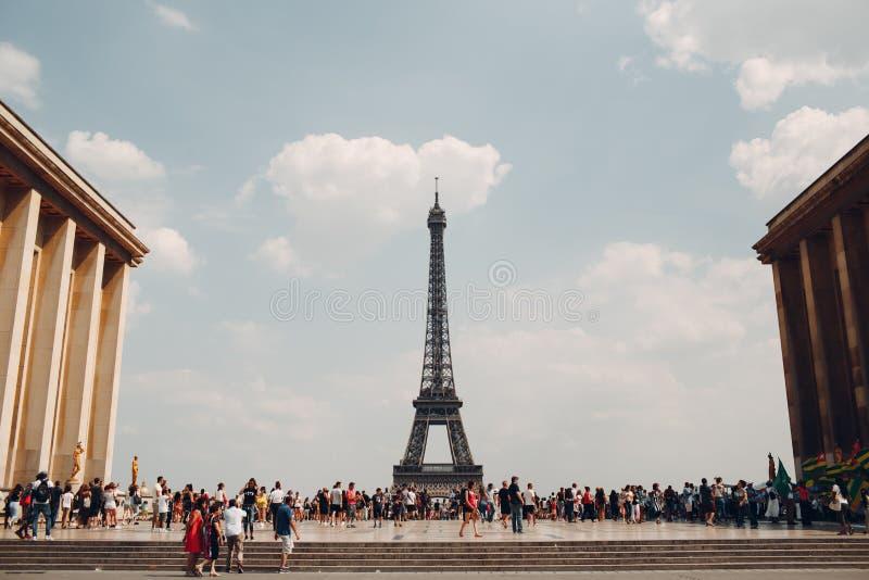 Paryż, Francja - Lipiec 7, 2018 -: Sławny wieży eifla wycieczki turysycznej widok od Trocadero miejsca obrazy stock