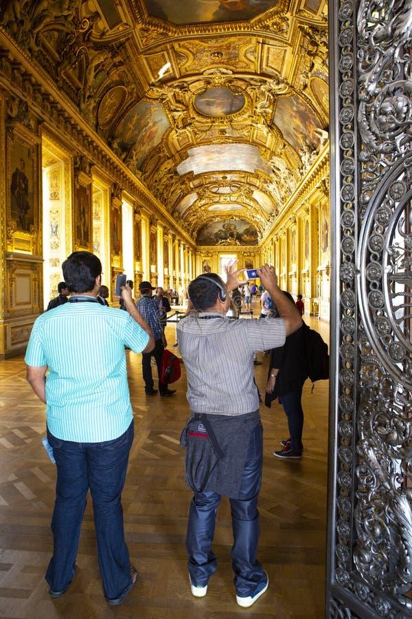 Paryż Francja, Lipiec, - 14, 2013: Turysta wizyty galeria sztuki w louvre muzeum obrazy stock