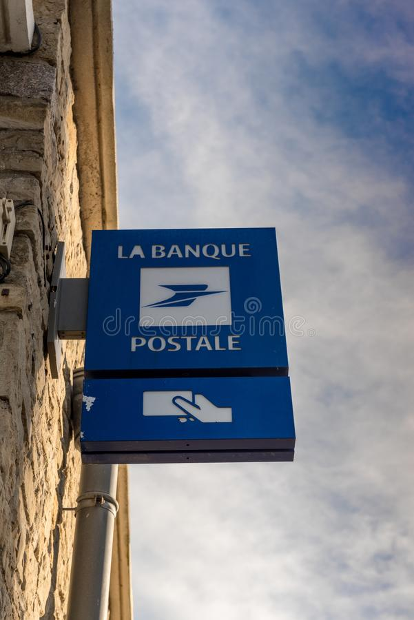 Paryż Francja, Luty, - 10, 2018: Losu Angeles Banque Postale signboard Losu Angeles Banque postale jest Francuskim bankiem na 1 S obraz stock