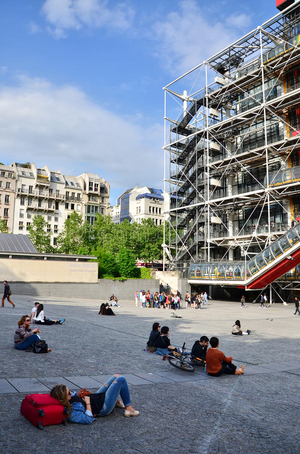 Paryż Francja, Maj, - 14, 2015: Ludzie relaksuje przy placem przed Centre Georges Pompidou zdjęcie stock