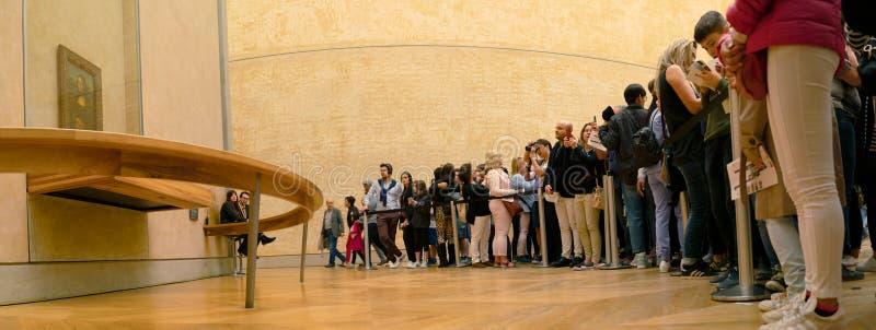 Paryż Francja, Marzec, - 31, 2019: tłum turyści ogląda obrazek Leonardo Da Vinci i fotografuje na smartphones zdjęcie royalty free