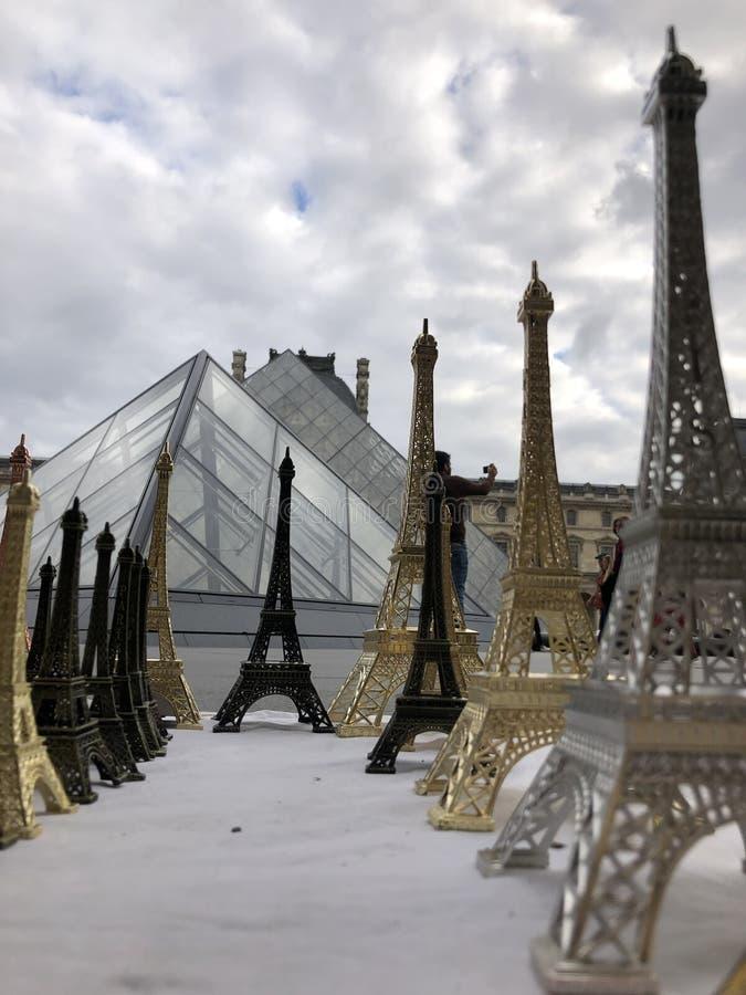 Paryż, Francja, może 30th, 2019, pamiątki wieża eifla obrazy stock
