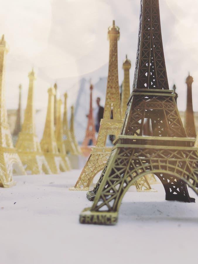 Paryż, Francja, może 30th, 2019, pamiątki wieża eifla zdjęcie stock