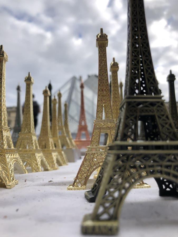 Paryż, Francja, może 30th, 2019, pamiątki wieża eifla zdjęcie royalty free