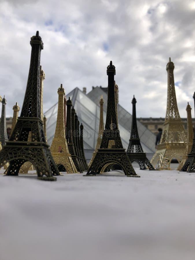 Paryż, Francja, może 30th, 2019, pamiątki wieża eifla zdjęcia stock