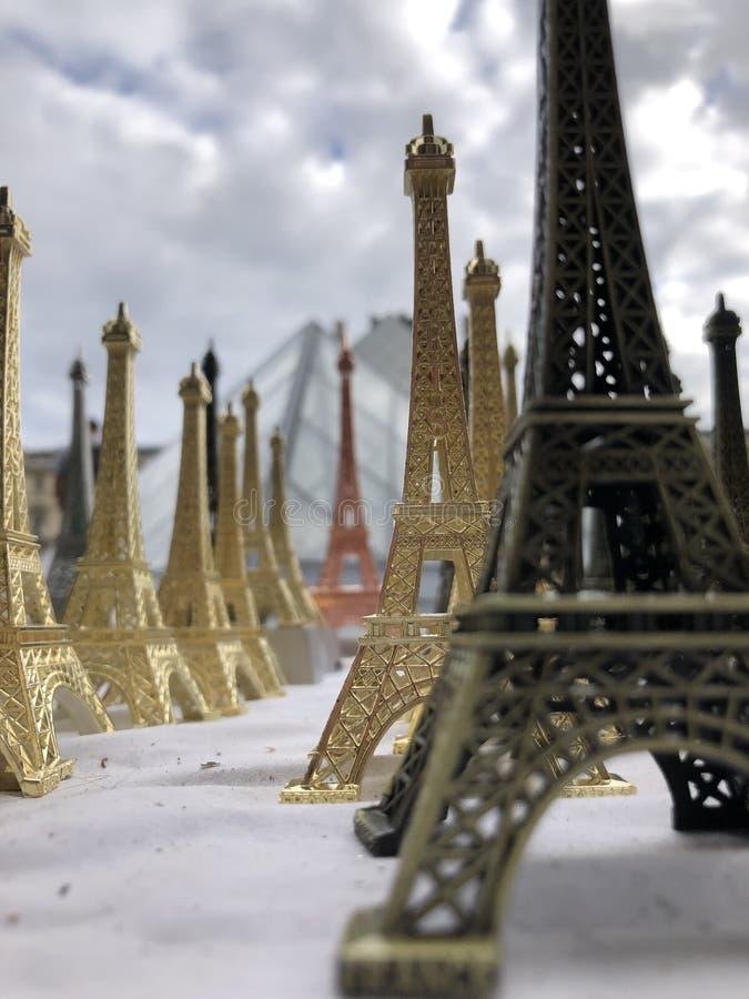 Paryż, Francja, może 30th, 2019, pamiątki wieża eifla obraz royalty free