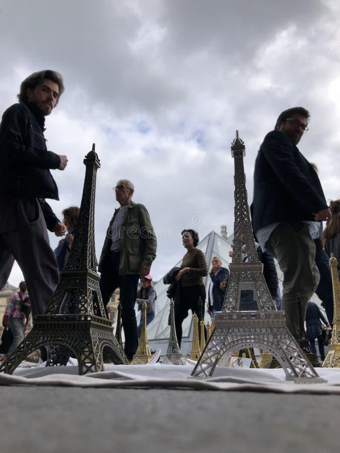 Paryż, Francja, może 30th, 2019, pamiątki wieża eifla fotografia stock