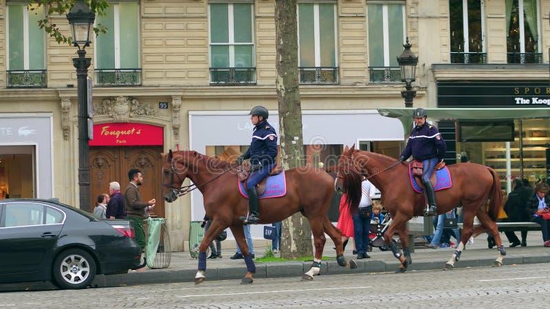 PARYŻ FRANCJA, PAŹDZIERNIK, - 7, 2017 Francuzi wspinający się żandarm patrolują centrum miasta zdjęcie royalty free