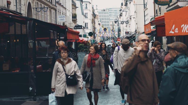 PARYŻ FRANCJA, PAŹDZIERNIK, - 7, 2017 Ruchliwie Paryjski uliczny pełny kawiarnie na jesień dniu obraz stock