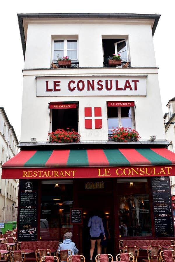 Paryż, Francja sławna Le Consulat restauracja z turystami dzień deszcz zdjęcia stock