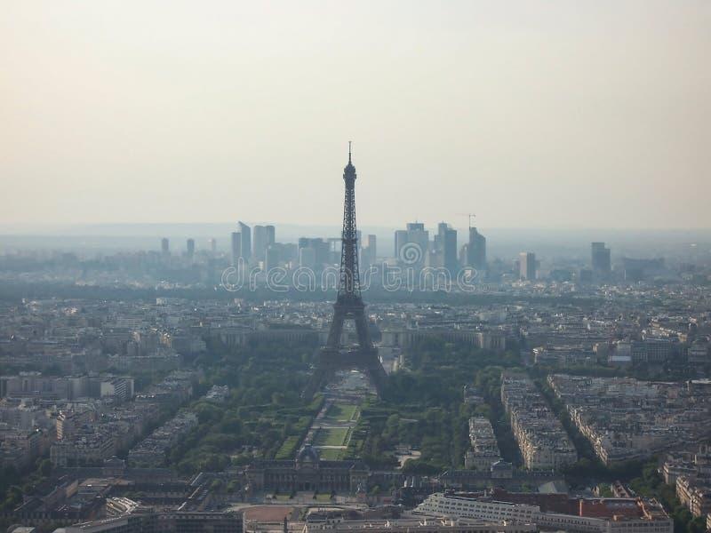 Paryż, Francja-sierpień 2009: mgła na Paryżu. nadzwyczajny widok z lotu ptaka wieży Eiffela obrazy stock