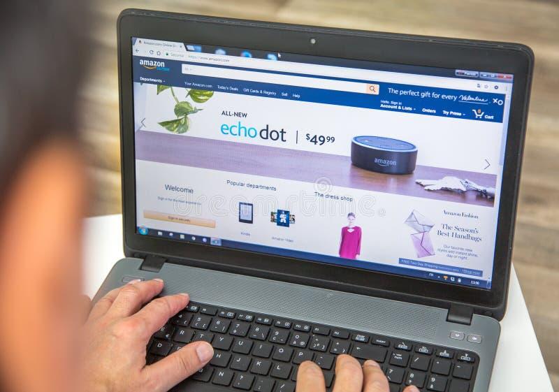 Paryż Francja, Styczeń, - 27, 2017: Obsługuje używać laptop łączyć amazonki primy homepage Amazonki prima jest rocznym subscrip obraz royalty free