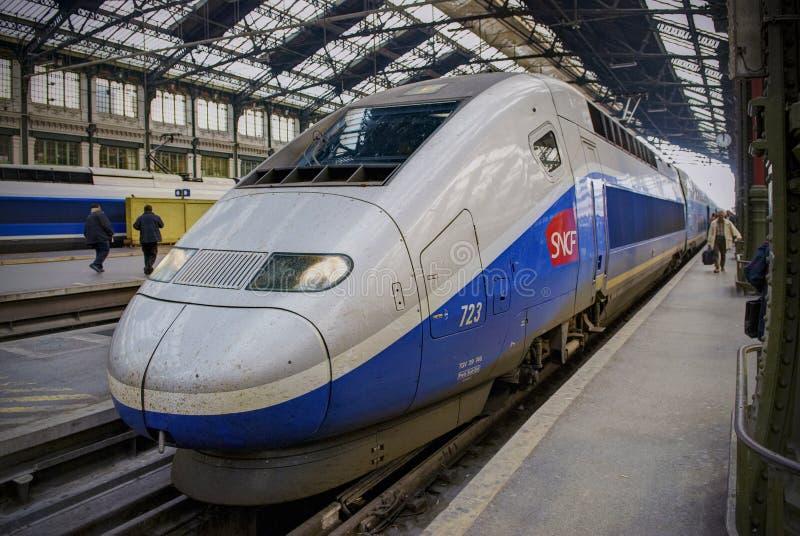 PARYŻ, OCT, 20, 2009: Świętego Lasar stacja kolejowa Widok na srebnej marynarki wojennej prędkości pociągu TGV wysokiej podróży o zdjęcie stock