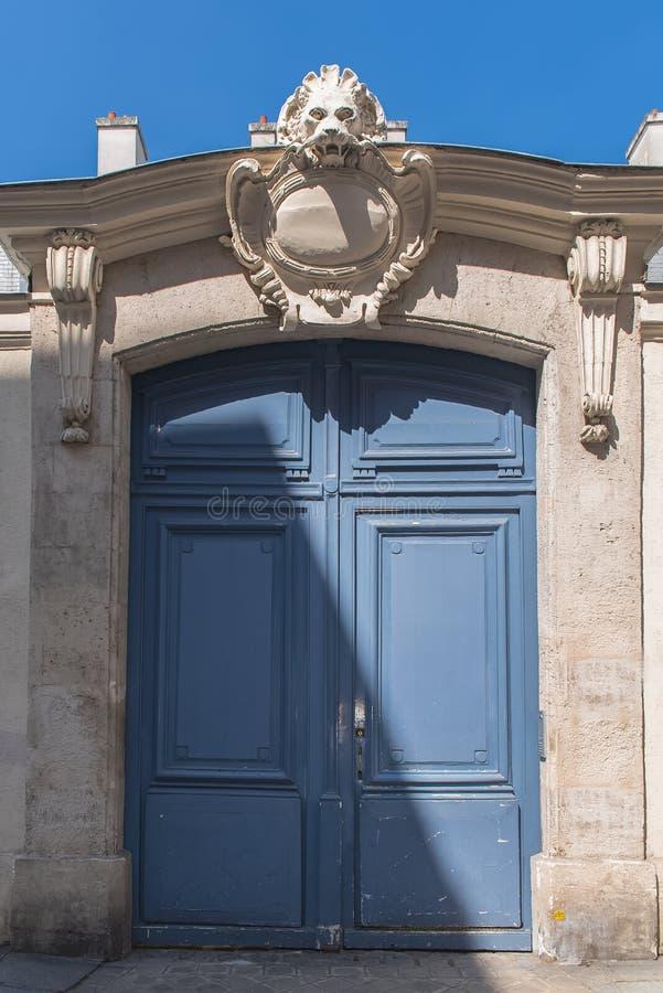 Paryż, stary błękitny drewniany drzwi obraz stock