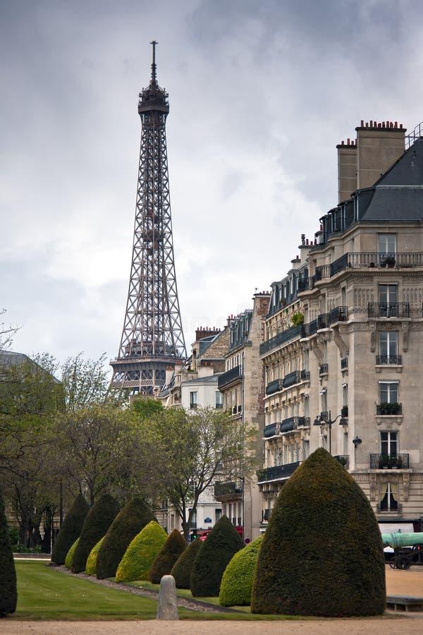 Paryż. Ulica z widokiem wieży eifla obraz royalty free