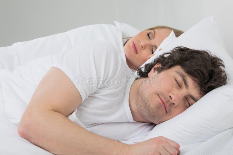 pary łóżkowy dosypianie zdjęcia royalty free