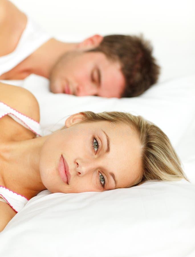 pary łóżkowy lying on the beach zdjęcie royalty free