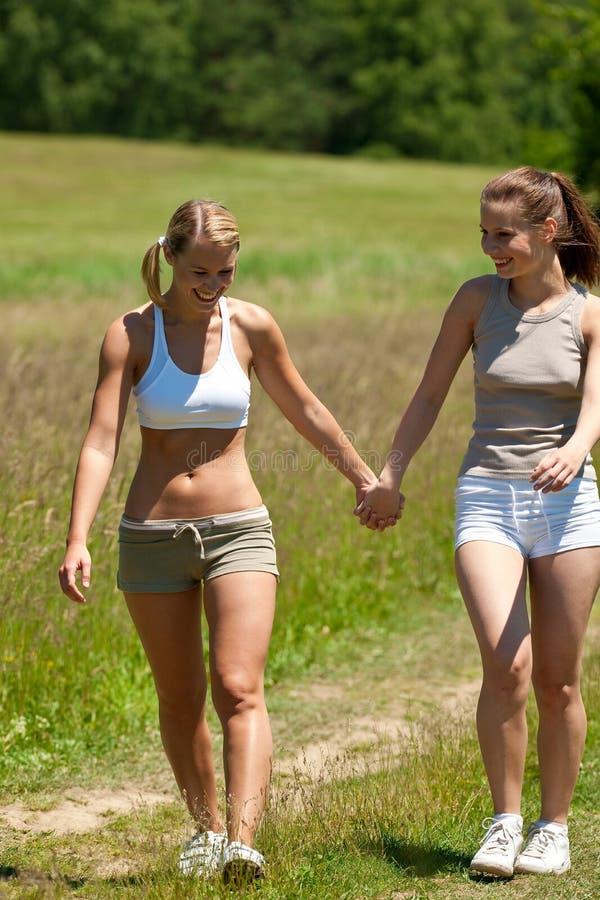 pary łąkowi dwa lato chodząca kobieta zdjęcia royalty free
