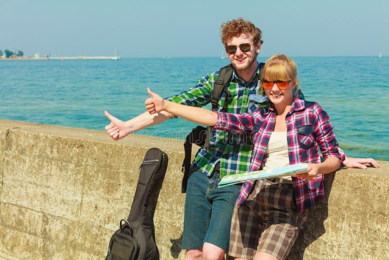 Pary backpacker hitchhiking z map? nadmorski obrazy royalty free