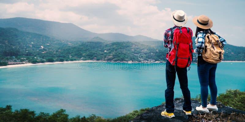 Pary backpacker podróżuje na morzu fotografia royalty free