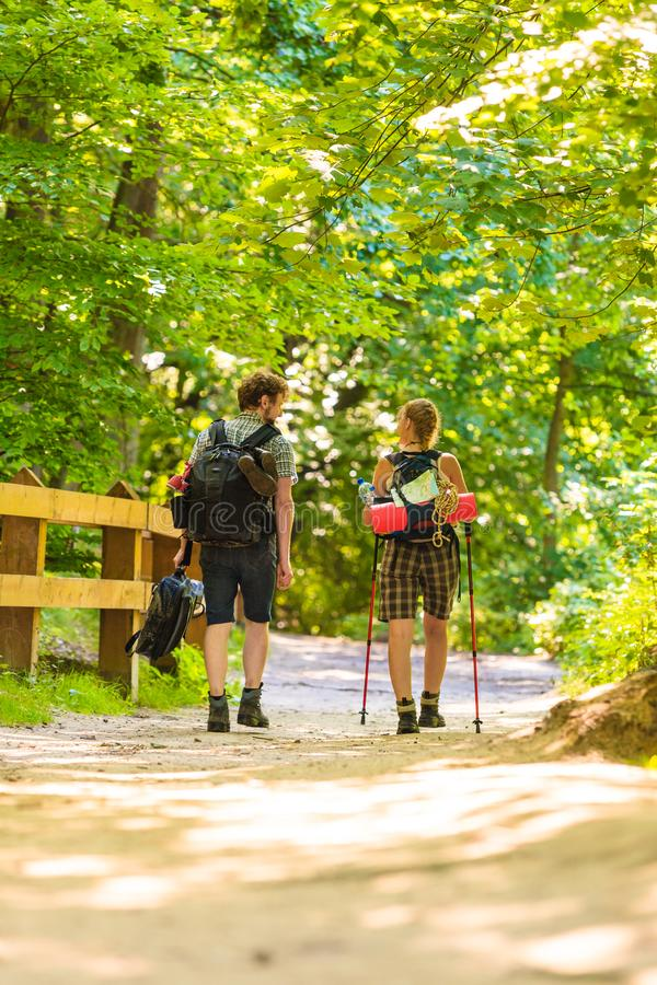 Pary backpacker wycieczkuje w lasowej drodze przemian fotografia stock