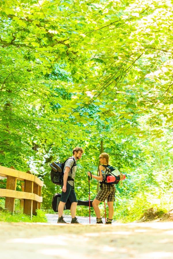 Pary backpacker wycieczkuje w lasowej drodze przemian zdjęcie royalty free