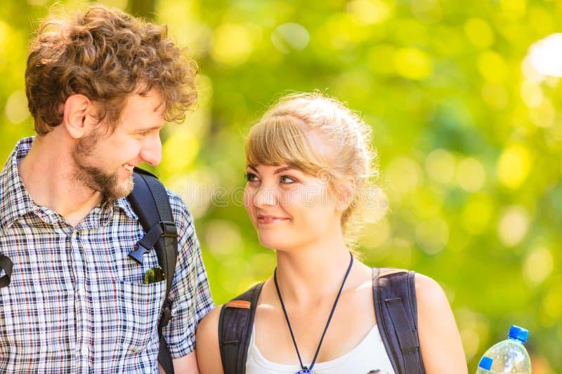 Pary backpacker wycieczkuje w lasowej drodze przemian zdjęcia royalty free