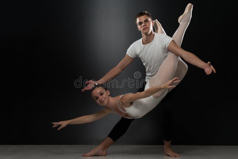 Pary baleriny Baletniczego tancerza taniec Na Czarnym tle fotografia royalty free