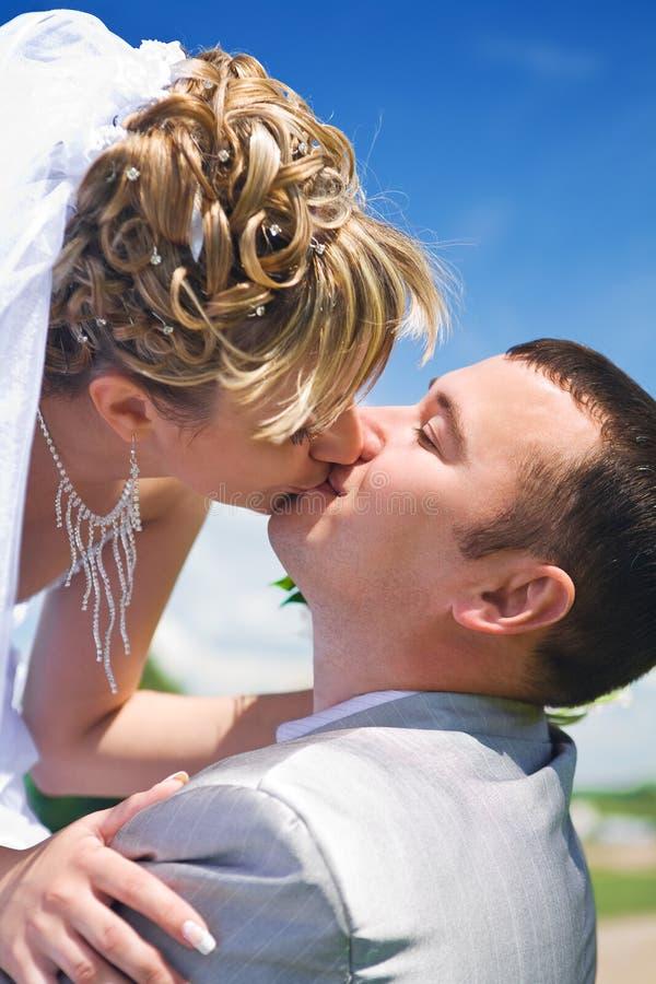 pary całowania nowożeńcy fotografia royalty free