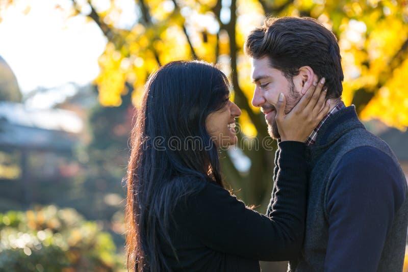Pary całowanie przed jesieni drzewem obraz stock