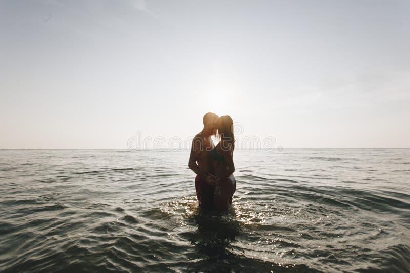 Pary całowanie w środku morze zdjęcia stock
