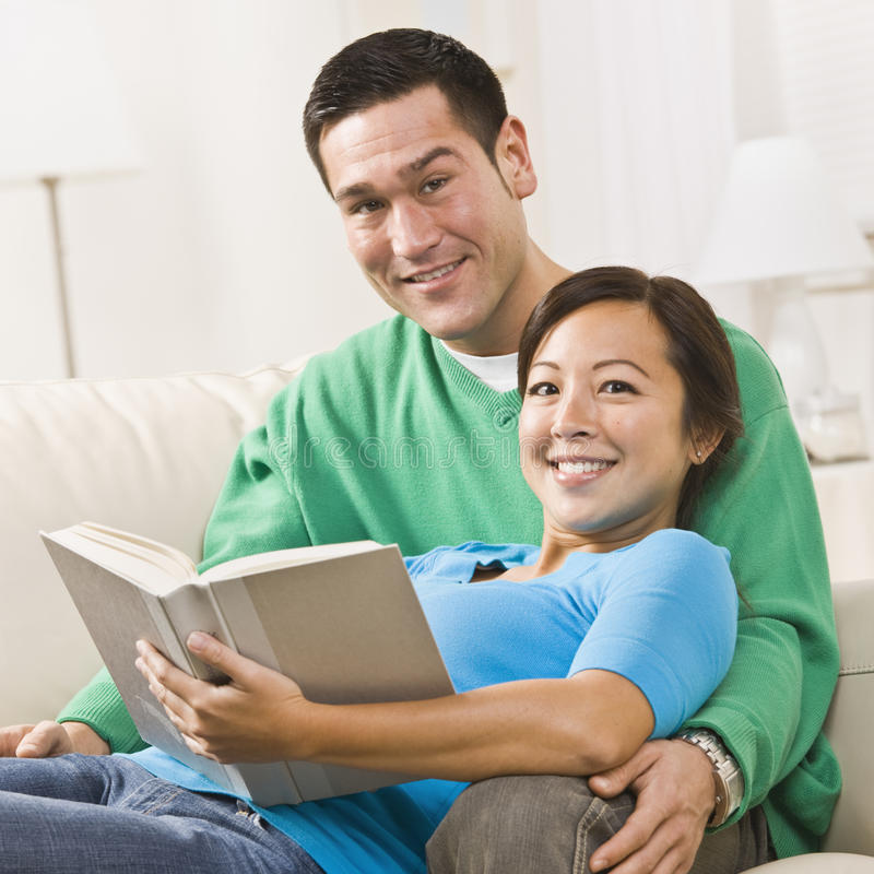 pary czytanie zdjęcia royalty free