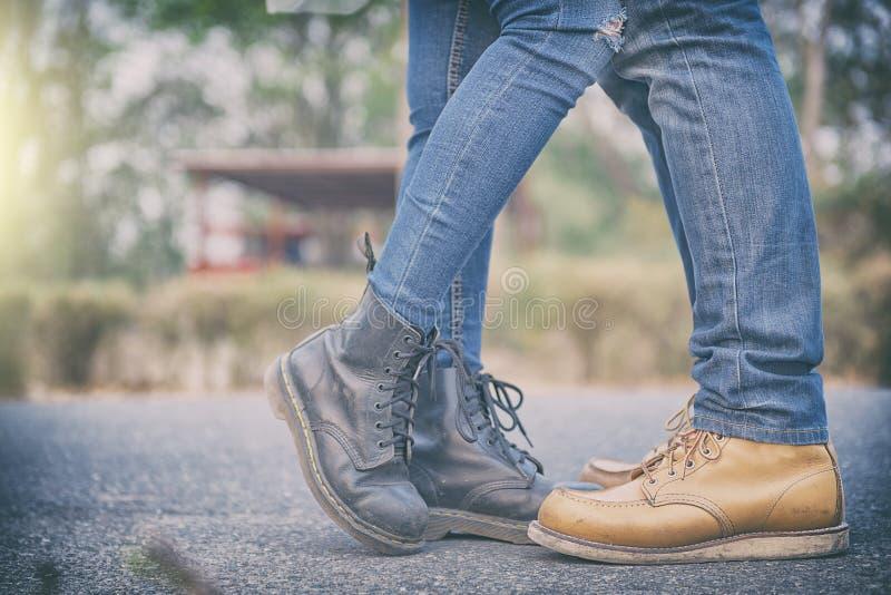 Pary Dobierają się całować outdoors - kochankowie na romantycznej dacie, całują jej mężczyzna fotografia stock